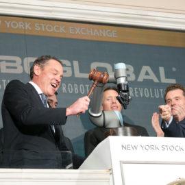 Un cobot Universal Robots hace sonar la campana de cierre de la Bolsa de Nueva York